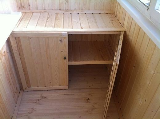 Экологичный шкаф на балконе из деревянной вагонки