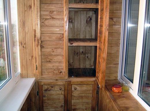 На снимке представлен деревянный шкаф для балкона
