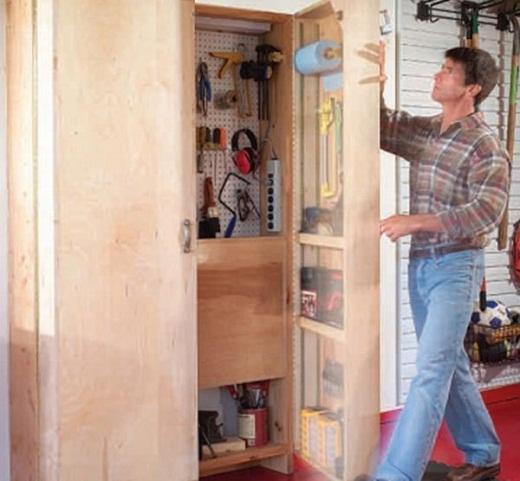 На балконе можно хранить различные инструмент, установив, например, такой шкаф