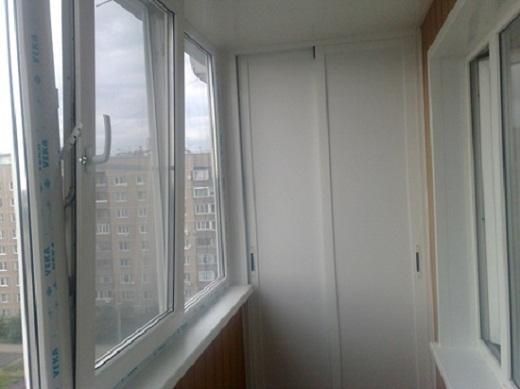 Так выглядит шкаф-купе, установленный на балконе