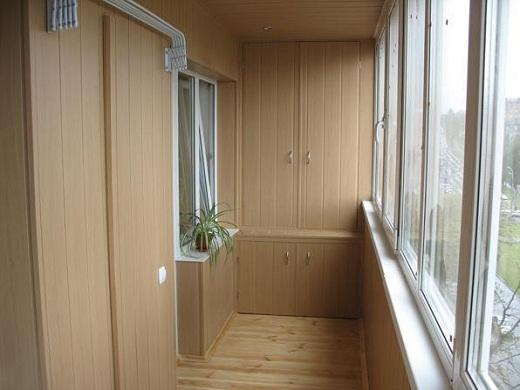 Распашной шкаф для балкона на снимке