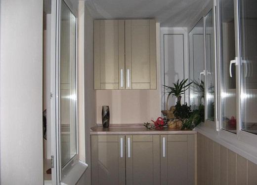 Существуют различные виды шкафов, устанавливаемых на балконе или лоджии