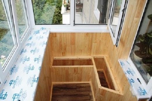 Шкаф для овощей на балконе можно использовать и в качестве лавки