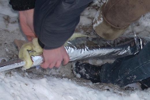 Один из способов отогреть замерзшую трубу